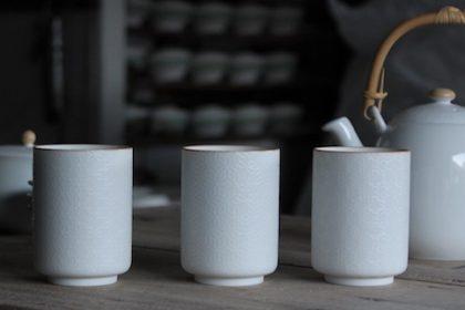 春の草花のモチーフ茶器 白盛り銅版 おもだか・にら花・すみれ (白磁・湯呑・土瓶)